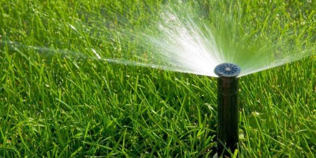 Специальные разбрызгиватели мягко подают воду для полива газона, поэтому трава не мнется и выглядит здоровой