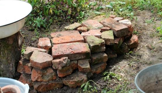 Не используйте обломки бетона, строительный кирпич, прессованные варианты — это противоестественно для природного пейзажа