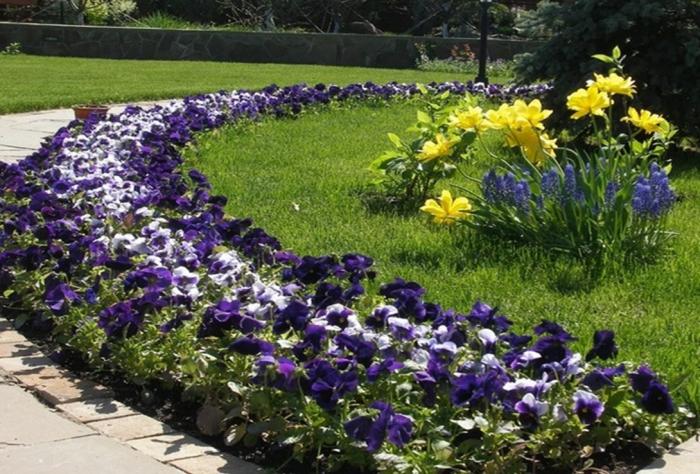 Например, узкий цветник — 50 см должен протягиваться не менее чем на 1,5 м, при необходимости доходить до 20 м