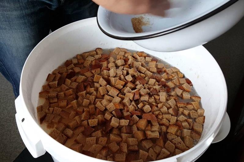 Подкормку можно приготовить не только с ржаным хлебом, но и с сухарями