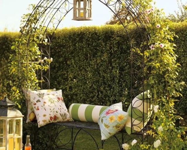 Садовая арка может служить полноценной зоной отдыха