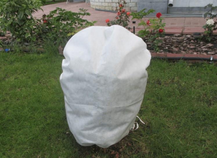 Специальный чехол для укрытия растений способен сохранить оптимальную температуру внутри